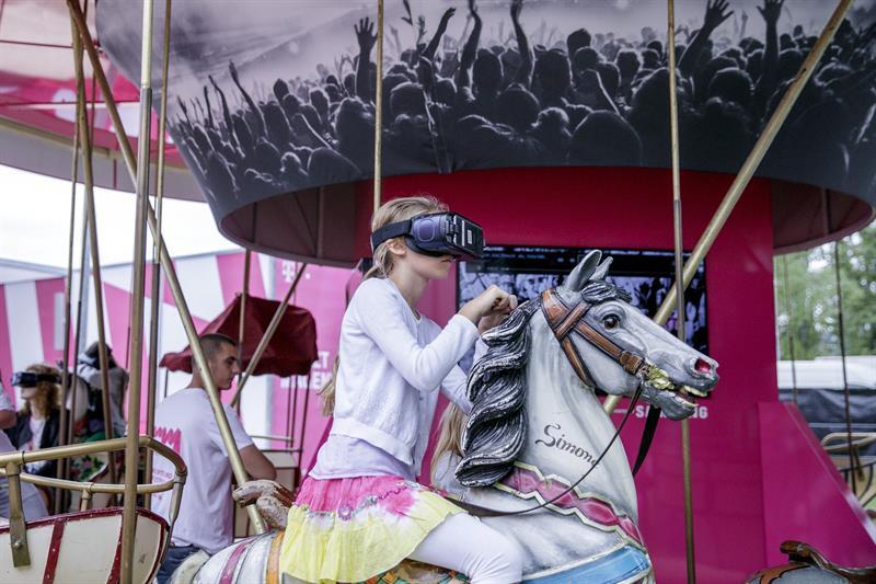 Una niña prueba unas gafas de realidad virtual en un tiovivo durante la feria de tecnología de consumo IFA que se celebra en Berlín, Alemania, el 1 de septiembre del 2017. EFE/Carsten Koall