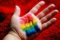 Cada 17 de mayo se celebra el Día contra la Homofobia, la Transfobia y la Bifobia. En esa fecha de 1990 la OMS eliminó la homosexualidad de la lista de enfermedades mentales.